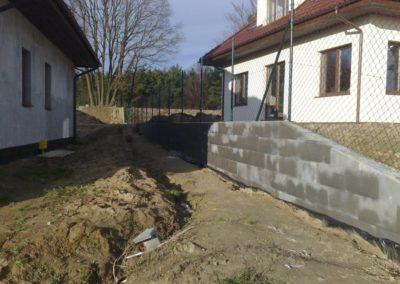siatka ogrodzeniowa na ścianie oporowej z bloczków szalunkowych