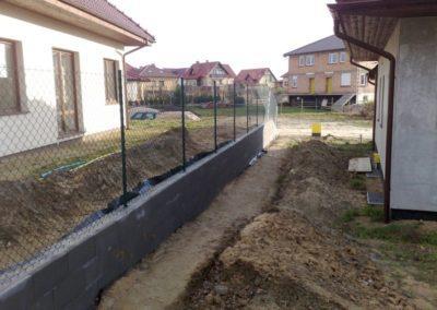 siatka ogrodzeniowa na ścianie oporowej